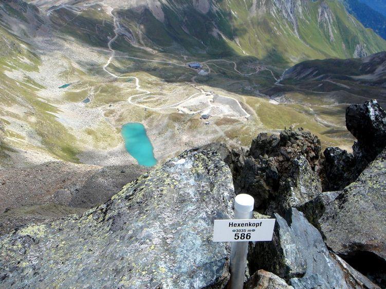Foto: Manfred Karl / Wander Tour / Durch das Istalanztal auf den Hexenkopf / Tiefblick zum Hexensee mit der gleichnamigen Hütte. / 29.05.2008 20:42:16