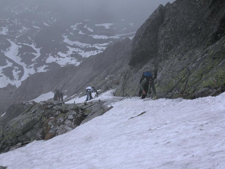 Foto: Andreas Koller / Wander Tour / Swinica (2301m) - Paradegipfel über Zakopane / Die steile, jedoch versicherte glatte Rampe mit Eis und Schnee / 29.05.2008 22:54:55