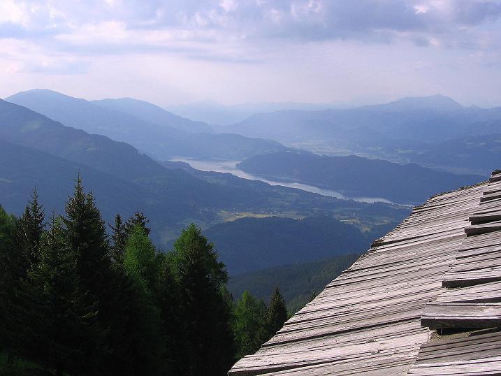 Foto: Andreas Koller / Wander Tour / Gmeineck - Trebesinger Hausberg (2592 m) / Blick über das Dach der Gamperhütte zum Millstätter See / 02.06.2008 21:29:09