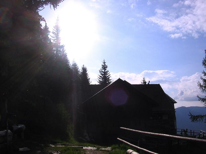 Foto: Andreas Koller / Wander Tour / Gmeineck - Trebesinger Hausberg (2592 m) / Die Bergfriedhütte im Gegenlicht / 02.06.2008 21:28:50