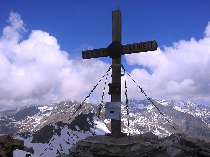 Foto: Andreas Koller / Wander Tour / Gmeineck - Trebesinger Hausberg (2592 m) / Gmeineck-Gipfelkreuz und Blick zum Großen Reißeck (2965 m) / 02.06.2008 21:15:50