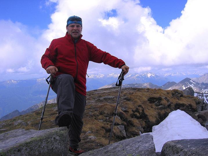 Foto: Andreas Koller / Wander Tour / Gmeineck - Trebesinger Hausberg (2592 m) / Am Gmeineck-Gipfel; im Hintergrund die Kreuzeckgruppe / 02.06.2008 21:15:14
