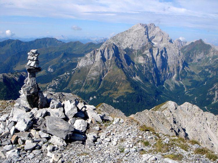 Foto: Manfred Karl / Wander Tour / Polinik über die Spielbodenalmen / Blick nach Westen zum wuchtigen Kamm der höchsten karnischen Berge / 02.06.2008 22:50:55