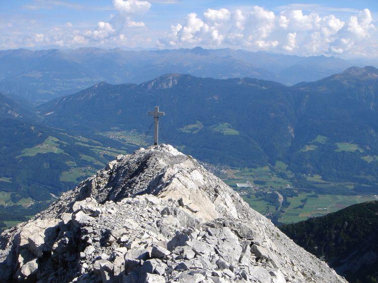 Foto: Manfred Karl / Wander Tour / Polinik über die Spielbodenalmen / Der kurze Grat zum Gipfelkreuz / 02.06.2008 22:49:40
