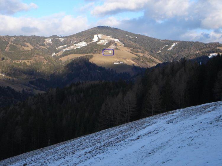 Foto: Manfred Karl / Wander Tour / Steinplan vom Oberkamper / Blick von der Straße zum Gaberl auf den Steinplan. Eingerahmt das Gehöft Oberkamper. Das Bild täuscht, denn von dort sind es immer noch fast 500 Höhenmeter zum Gipfel. / 03.06.2008 07:32:57