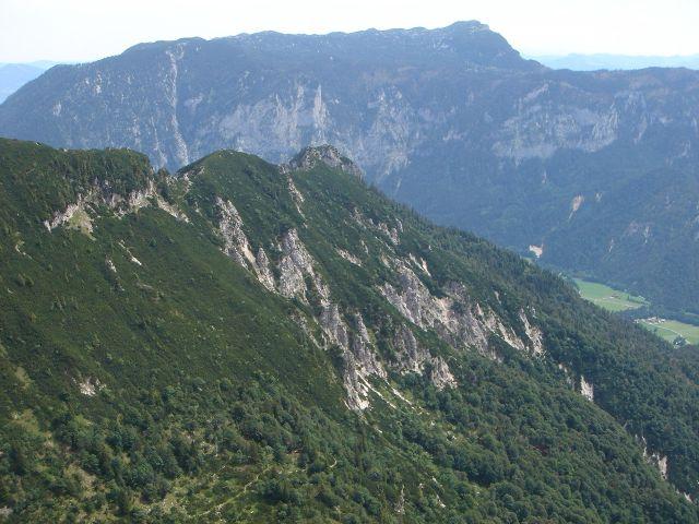Foto: Manfred Karl / Wander Tour / Alpgartental Umrahmung / Blick vom Karkopf auf den Ostteil des Lattengebirges mit dem Untersberg im Hintergrund. / 05.06.2008 17:24:25