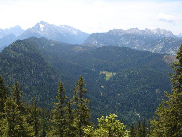 Foto: Manfred Karl / Wander Tour / Alpgartental Umrahmung / Über das südliche Lattengebirge reicht die Schau zum Hundstod, Hochkalter und zur Reiteralpe. / 05.06.2008 17:22:36