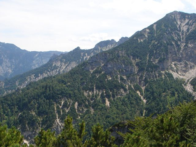 Foto: Manfred Karl / Wander Tour / Alpgartental Umrahmung / Im Mittelgrund der Grat zum Dreisesselberg, über den der Aufstieg führt. / 05.06.2008 17:17:20