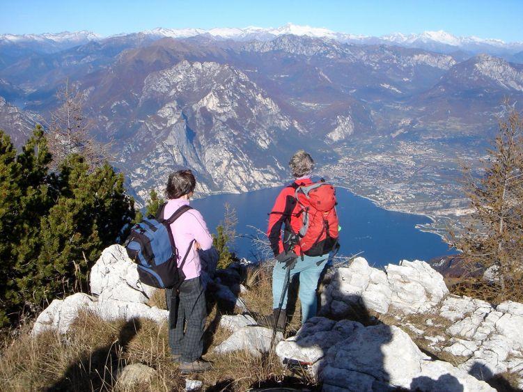 Foto: Manfred Karl / Wander Tour / Auf einen Aussichtsberg der Extraklasse – Monte Altissimo di Nago / Schon wegen des schönen Tiefblicks nach Riva lohnen die paar Minuten Umweg zum Monte Varagna. / 05.06.2008 20:58:37