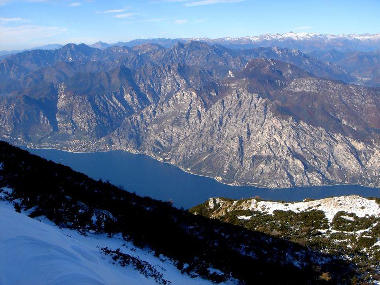 Foto: Manfred Karl / Wander Tour / Auf einen Aussichtsberg der Extraklasse – Monte Altissimo di Nago / Extreme Kontraste: Hier regiert schon der Winter, während unten beim Klettern noch beinahe sommerliche Temperaturen herrschen. / 05.06.2008 20:54:18