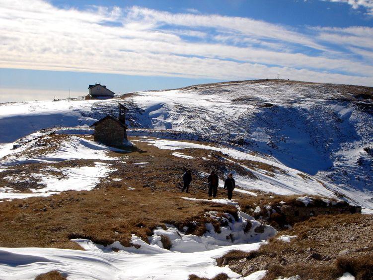 Foto: Manfred Karl / Wander Tour / Auf einen Aussichtsberg der Extraklasse – Monte Altissimo di Nago / Der angewehte Schnee hat die Stellungsgräben teilweise schon zugedeckt - etwas Vorsicht ist angesagt. / 05.06.2008 20:52:41