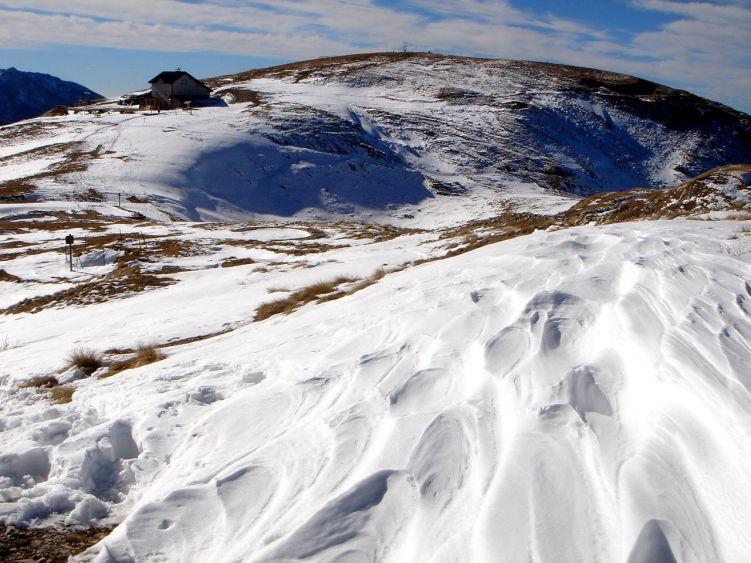 Foto: Manfred Karl / Wander Tour / Auf einen Aussichtsberg der Extraklasse – Monte Altissimo di Nago / Gipfelhochfläche mit dem Rifugio und dem Hauptgipfel / 05.06.2008 20:51:38