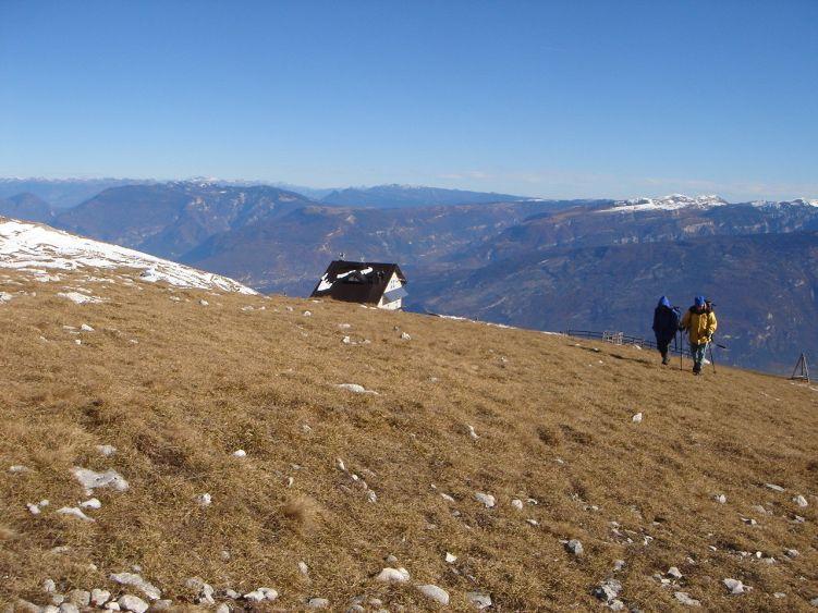 Foto: Manfred Karl / Wander Tour / Auf einen Aussichtsberg der Extraklasse – Monte Altissimo di Nago / Kalter Wind sorgt für glasklare Herbstluft und beste Fernsicht / 05.06.2008 20:50:58