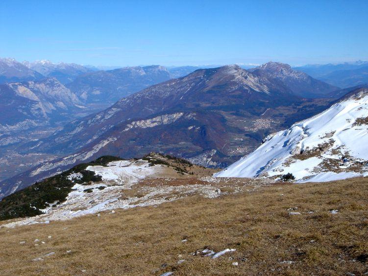 Foto: Manfred Karl / Wander Tour / Auf einen Aussichtsberg der Extraklasse – Monte Altissimo di Nago / Blick nach Norden, links das Tal der Sarca, rechts Monte Stivo und Palon / 05.06.2008 20:48:49