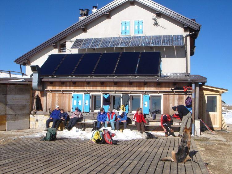 Foto: Manfred Karl / Wander Tour / Auf einen Aussichtsberg der Extraklasse – Monte Altissimo di Nago / Hier ist gut rasten und schauen. / 05.06.2008 20:46:53