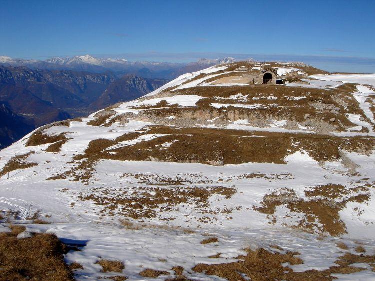 Foto: Manfred Karl / Wander Tour / Auf einen Aussichtsberg der Extraklasse – Monte Altissimo di Nago / Gedenkstätte am Vorgipfel / 05.06.2008 20:45:27