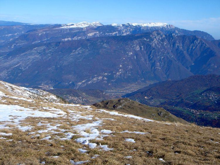 Foto: Manfred Karl / Wander Tour / Auf einen Aussichtsberg der Extraklasse – Monte Altissimo di Nago / Blick nach Osten / 05.06.2008 20:44:58