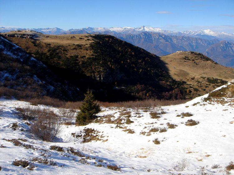 Foto: Manfred Karl / Wander Tour / Auf einen Aussichtsberg der Extraklasse – Monte Altissimo di Nago / Blick von der Bocca Paltrane über den unbedeutenden Monte Varagna zur Adamello-Presanella Gruppe / 05.06.2008 20:39:04