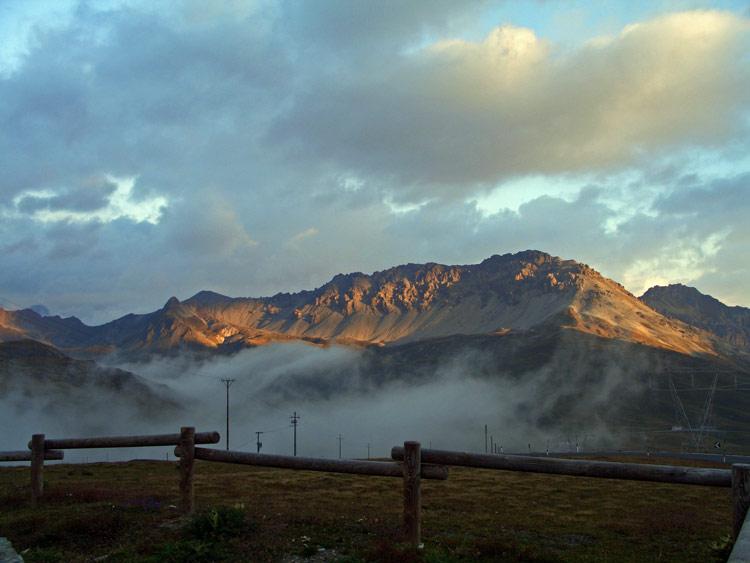 Foto: vince 51 / Wander Tour / Zwei Gipfel-Rundwanderung vom Umbrailpass / Piz Umbrail (rechts) und der gesamte Kamm, über den die beschriebene Wanderung führt. / 05.06.2008 21:55:30