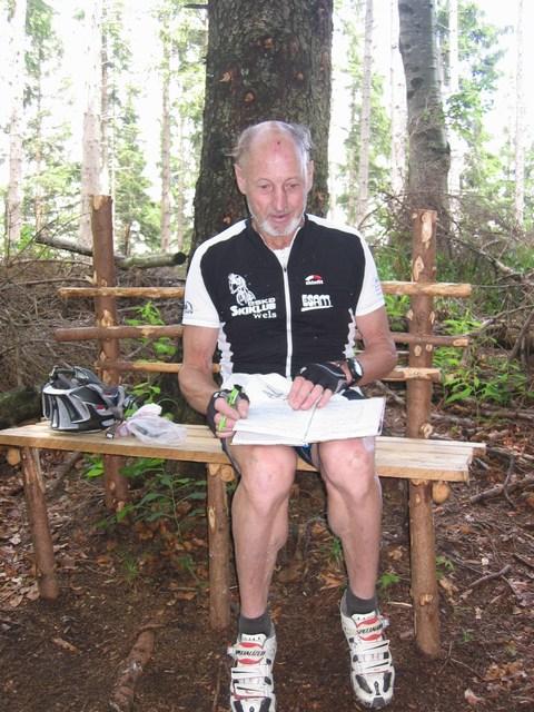 Foto: Jürgen Lindlbauer / Mountainbike Tour / Auf den Grillenparz und Pernecker Kogel  / Leo studiert das Gipfelbuch / 08.06.2008 09:16:19