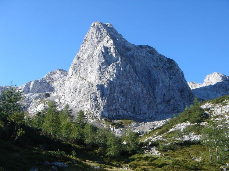 Foto: Manfred Karl / Wander Tour / Knallstein über die Stefan Schatzl Hütte / Wunderbar eingebettet liegt der Knallboden mit dem markanten Knallstein / 08.06.2008 19:54:21