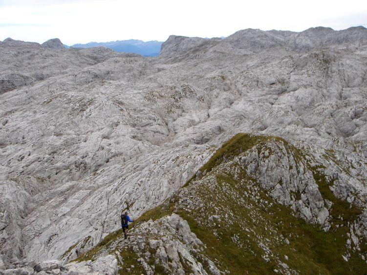 Foto: Manfred Karl / Wander Tour / Knallstein über die Stefan Schatzl Hütte / Am Südgrat - Blick über die zerklüftete Hochfläche / 08.06.2008 19:50:00