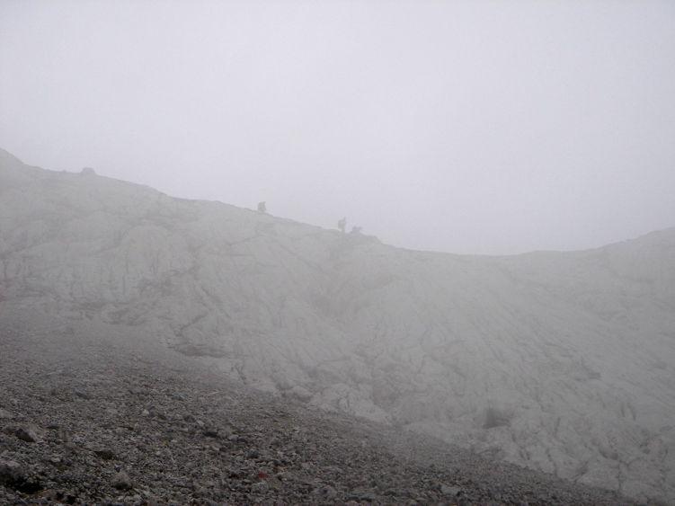 Foto: Manfred Karl / Wander Tour / Knallstein über die Stefan Schatzl Hütte / Bei Nebel ist trotz der guten Markierung Vorsicht geboten. Im Bild das letzte Stück der Knallsteinplatte. / 08.06.2008 19:46:47