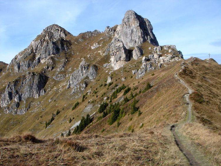 Foto: Manfred Karl / Wander Tour / Auf dem Hias Wallner Steig zum Haßeck / Der Hauptgipfel ist links, der Vorgipfel rechts läßt sich nur mit Kletterei erreichen. / 14.06.2008 16:41:01