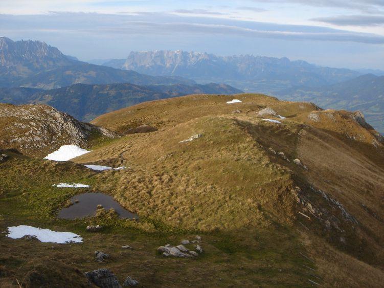 Foto: Manfred Karl / Wander Tour / Auf dem Hias Wallner Steig zum Haßeck / Das Gipfelkreuz vom Haßeck liegt etwas nördlich vom höchsten Punkt. Dahinter Mandlwand und Tennengebirge. / 14.06.2008 16:27:55