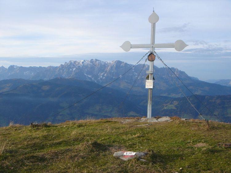 Foto: Manfred Karl / Wander Tour / Auf dem Hias Wallner Steig zum Haßeck / Gipfelkreuz am Haßeck mit dem Hochkönig im Hintergrund / 14.06.2008 16:25:34