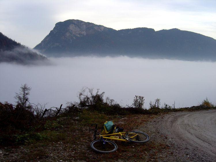 Foto: Manfred Karl / Mountainbike Tour / Über die Gsprangalm auf den Zinken / Herbstlicher Hochnebel über Kainisch / 14.06.2008 16:00:12