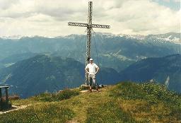 Foto: Wolfgang Dröthandl / Wander Tour / Dürrenschöberl - Überschreitung / Gipfelkreuz mit Blick Richtung Totes Gebirge / 26.01.2011 13:19:37
