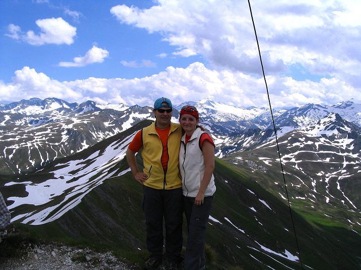 Foto: Andreas Koller / Wander Tour / Tappenkarseehütte - Weißgrubenkopf - Franz Fischerhütte (2369m) / Gipfelfreuden mit den Hohen Tauern im Hintergrund / 24.06.2008 16:22:32