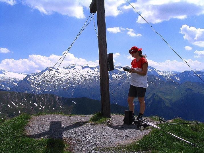 Foto: Andreas Koller / Wander Tour / Glingspitze und Rifflgrat (2433 m) / Studium des Gipfelbuchs mit Ankogel im Hintergrund (3252 m) / 24.06.2008 17:57:54