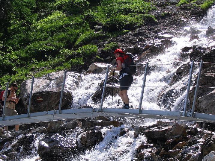 Foto: Andreas Koller / Wander Tour / Glingspitze und Rifflgrat (2433 m) / Über eine Alu-Brücke am Wasserfall vorbei / 24.06.2008 18:18:33