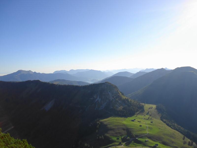 Foto: Günter Siegl / Wander Tour / Genner - Runde / Tiefblick Genneralm, links Schafberg, mittig Leonsberg, rechts Hoher Zinken / 26.09.2014 18:33:59