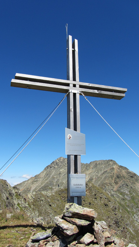 Foto: kathy120385 / Wander Tour / Von Lessach über den Lachriegel auf die Golzhöhe / Gipfelkreuz auf der Golzhöhe 2.580 m (im Hintergrund das 2.742 m hohe Roteck) / 18.08.2012 09:30:38