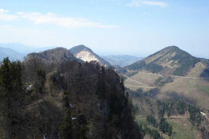 Foto: Günter Siegl / Wander Tour / Über den Schinder auf den Schoberstein / Am Gipfel. Blick auf den Schinder mit dem Koglerstein, dahinter Gaisberg, rechts Hochbuchberg. / 18.04.2011 09:53:07