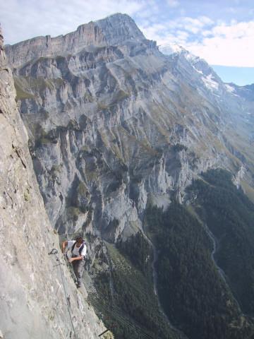 Foto: Wolfgang Lauschensky / Klettersteig Tour / Klettersteig Gemmi - Daubenhorn / Querung über der Leiter / 06.10.2011 01:00:49