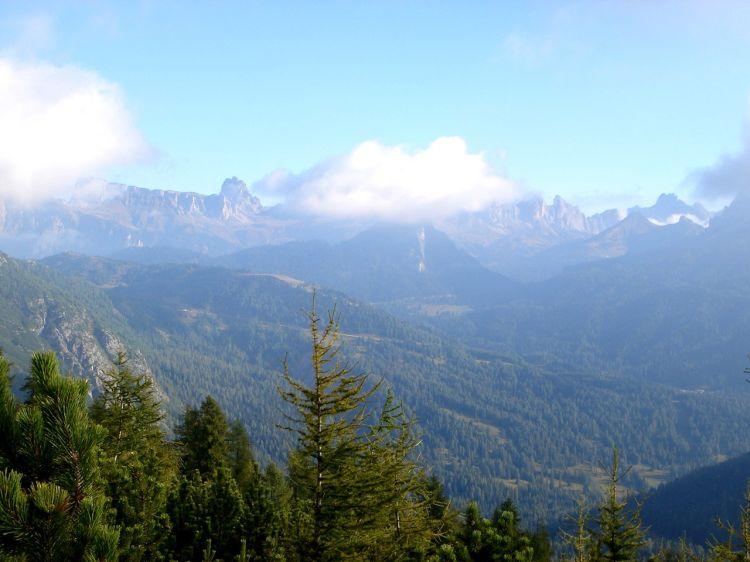 Foto: Manfred Karl / Klettersteig Tour / Civetta Überschreitung - Via ferrata degli Alleghesi und Abstieg über Via ferrata Attilio Tissi / Blick nach Norden Richtung Croda da Lago / 19.07.2008 14:39:53