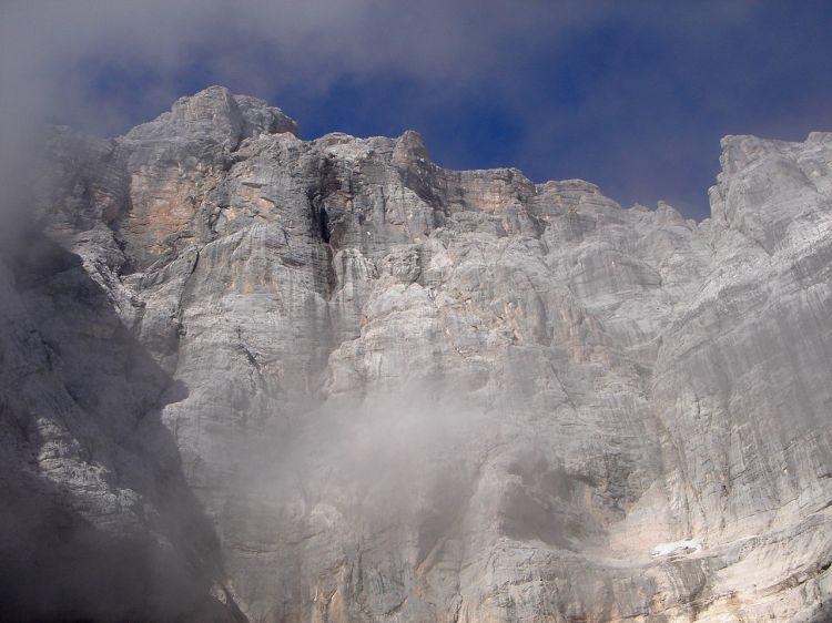 Foto: Manfred Karl / Klettersteig Tour / Civetta Überschreitung - Via ferrata degli Alleghesi und Abstieg über Via ferrata Attilio Tissi / Von unten schaut alles staubtrocken aus, doch sollte man sich im Herbst nicht davon täuschen lassen! / 19.07.2008 14:37:58