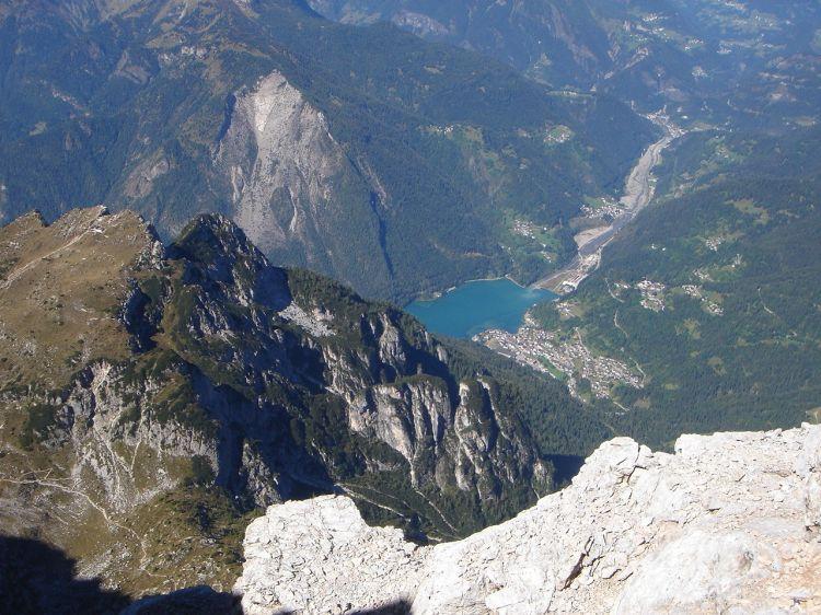 Foto: Manfred Karl / Klettersteig Tour / Civetta Überschreitung - Via ferrata degli Alleghesi und Abstieg über Via ferrata Attilio Tissi / Tiefblick zum Lago di Alleghe / 19.07.2008 14:22:43