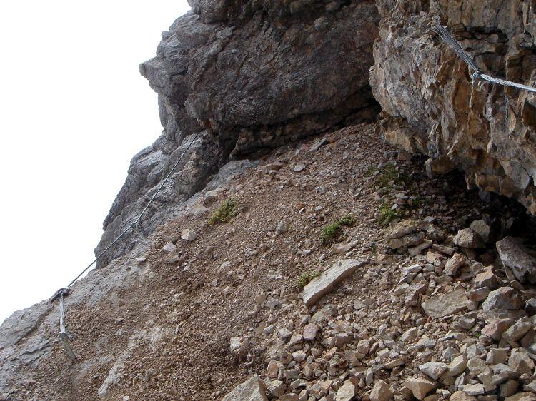 Foto: Manfred Karl / Klettersteig Tour / Civetta Überschreitung - Via ferrata degli Alleghesi und Abstieg über Via ferrata Attilio Tissi / Unangenehm: Fehlende Seilverbindung an einer etwas heiklen Stelle / 19.07.2008 14:13:21