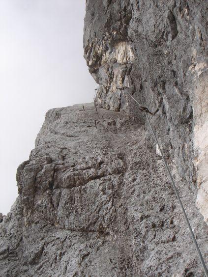Foto: Manfred Karl / Klettersteig Tour / Civetta Überschreitung - Via ferrata degli Alleghesi und Abstieg über Via ferrata Attilio Tissi / Das letzte Stück der plattigen Rampe im unteren Teil / 19.07.2008 14:09:42