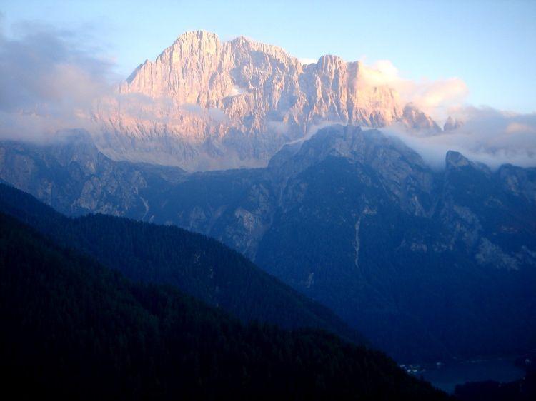 Foto: Manfred Karl / Klettersteig Tour / Civetta Überschreitung - Via ferrata degli Alleghesi und Abstieg über Via ferrata Attilio Tissi / Stolzer Berg im Abendlicht: Monte Civetta / 19.07.2008 14:03:10