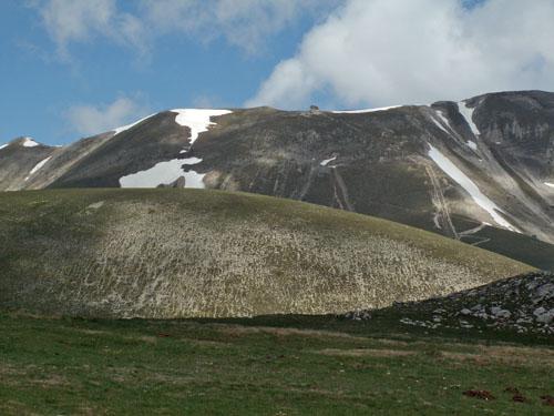 Foto: lobivia / Wander Tour / Wandertage Abruzzen: Etappe 5 Campo Imperatore - Castel del Monte / Blick zurück zum Rifugio Duca degli Abruzzi / 21.07.2008 18:50:01