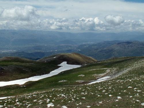 Foto: lobivia / Wander Tour / Wandertage Abruzzen: Etappe 5 Campo Imperatore - Castel del Monte / Aussicht Richtung L'Aquila / 21.07.2008 18:48:37