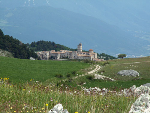 Foto: lobivia / Wander Tour / Wandertage Abruzzen: Etappe 5 Campo Imperatore - Castel del Monte / Castel del Monte / 21.07.2008 18:46:48