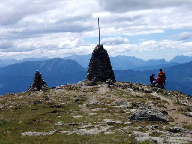 Foto: Grasberger Gerhard / Mountainbike Tour / Von Dellach in die Nockberge / Am Gipfel, im Hintergrund die Kreuzeckgruppe. / 31.07.2008 16:55:31