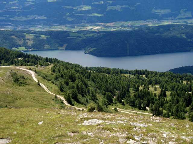 Foto: Grasberger Gerhard / Mountainbike Tour / Von Dellach in die Nockberge / Rückblick auf die Auffahrtsstrecke knapp unterm Gipfel. / 31.07.2008 16:54:37